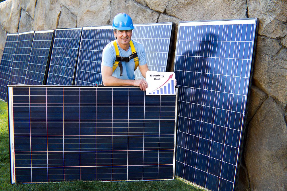 hombre con paneles solares muestra beneficios de vender energia solara comercializadoras