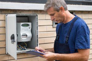 técnico electricista analizando cómo funciona el contador de luz digital