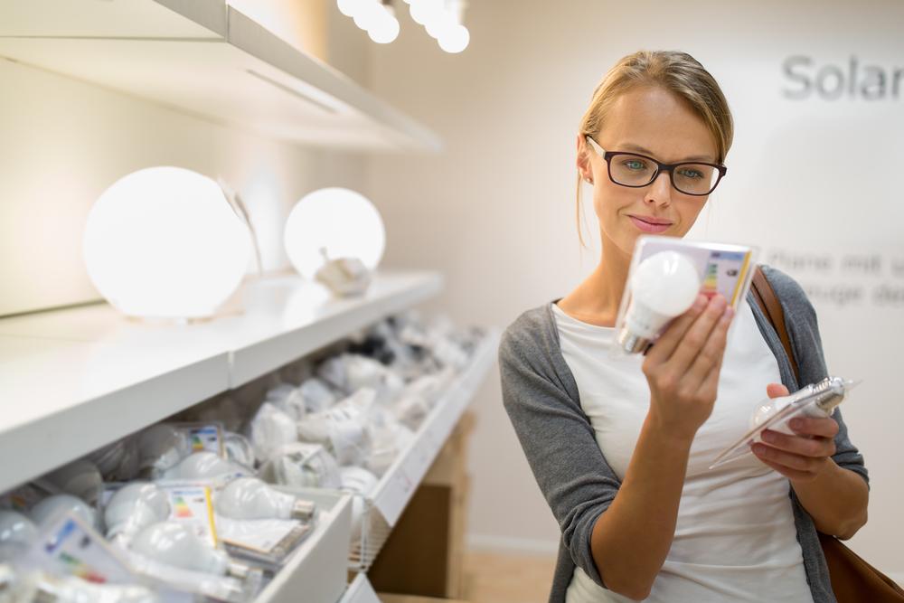 Una mujer comprando luz LED