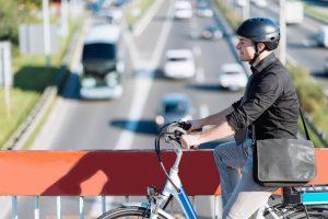 Persona con bicicleta eléctrica beneficios y ventejas