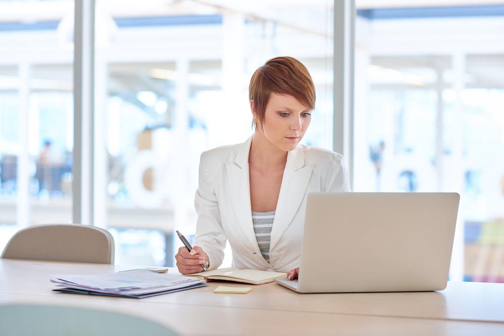 mujer empresa ahorro luz negocio